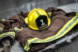 Uniforme ignífugo y casco de bombero